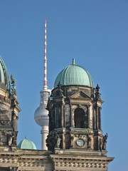 Berliner Dom mit Fernsehturm, der sich ins Bild schleicht