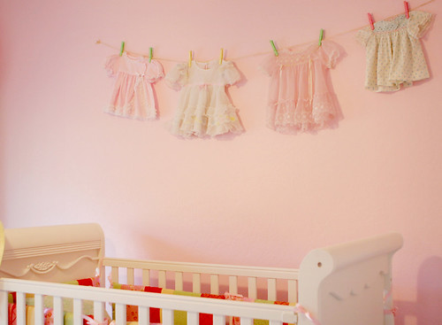 wall with dress clothesline por vgkchick.