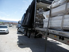 straps are loosed (swerve3030) Tags: newmexico sunshine nissan albuquerque semitruck trucking flatbed kenworth