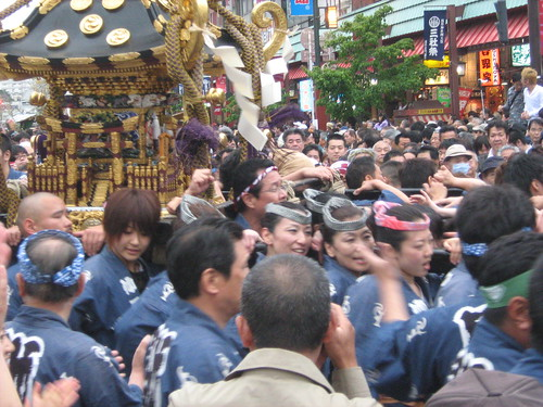 Blue team holding the mikoshi at Sanja Matsuri 2