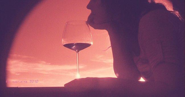 con cuatro copas de vino
