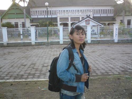 Emmi di depan Museum ASI Mbojo - Istana Sultan Bima