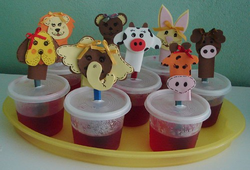 gelatina com dedoches de eva para lembrancinha do dia das crianças