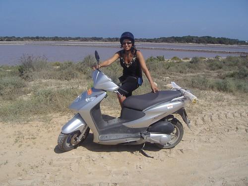 formentera (nuestra moto en las salinas)