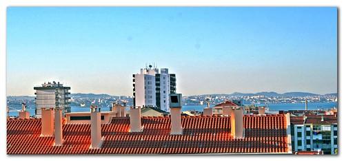 Do lado de lá, por cima dos telhados....