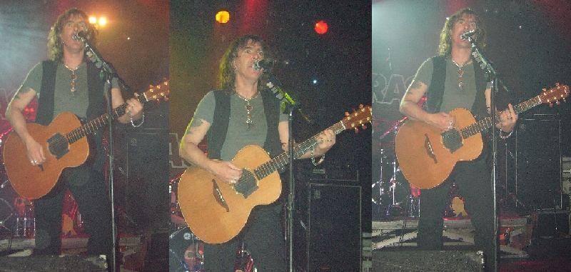 Justin Sullivan y una de sus guitarras