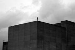 London skysculptures (joiandrea) Tags: sky sculpture man london clouds buildings edificios steel escultura cielo nubes londres hombre 2007 acero bwdreams antonygromley