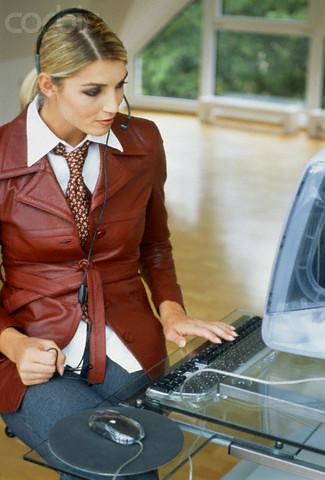 Symbolabbildung Frau mit Headset vor Rechner