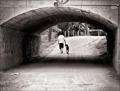 Travessant la foscor (cruzando la oscuridad) (Pep Vargas) Tags: bw tunnel bn tunel