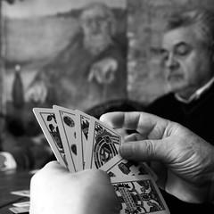 scopa all'asso (kilometro 00) Tags: bw hands foto hand bn biancoenero carte treviso gioco delle muscoli trevision muscolis