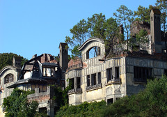 Mansiones abandonadas II (-Merce-) Tags: espaa house geotagged casa spain corua decay ruina galicia abandono mmbmrs geo:lat=4332215227 geo:lon=835765622216 blancamadison antoniotenreiro peregrnestells elgrajal juliolpezbailly