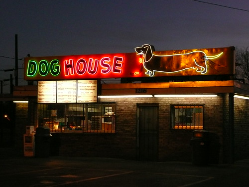 Albuquerque, NM Dog House Hot Dogs at night par army.arch