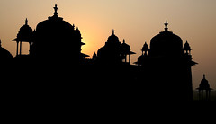 Sunrise, Orchha, India (greenwood100) Tags: travel pink roof light sunset sky orange sun india black castle monument silhouette yellow architecture sunrise solar asia glow islam mahal palace dome fortress turret raja islamic pradesh orcha mughal madhya sheeshmahal jehangirmahal birsinghdeo