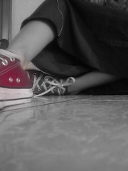 .Sel.Ectro. (Lixzart) Tags: red floor tennis converse piso falda agujetas lixzart