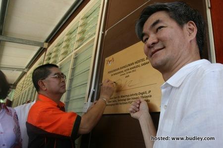 Majlis dirasmikan oleh YB Dato Seri Dr Maximus Ongkil dan Encik Henry Tan