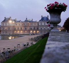 dawn...I'm the only person here. (Just Back) Tags: park paris france flower fountain pool dark dawn chair chairs flag seats dmmerung geranium morgen gravel matin jardinduluxembourg aube 6eme