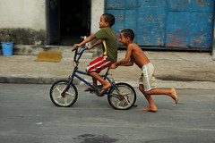 Solidrio e Feliz (AF Rodrigues) Tags: brasil riodejaneiro rj garoto bicicleta ciclismo ciclista brincar criana periferia favela menino adriano rir brincando transporte brincadeira ajuda comunidade companheiro sorrindo rindo solidariedade pedalar ajudar pedalando empurrar descalso muleque garotada solidrio meninada ajudando afrodrigues adrianorodrigues adrianoferreira espaopopular empurrando diaadiabrasileiro companheirismos