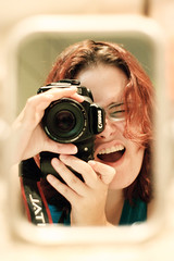 a doida do espelho (dana.) Tags: 20d me espelho canon 50mm mirror poser dana eu redhead ruiva cansada precisandopintaroscabelos cansadana