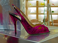 Jimmy Choo Boutique window photo 529 (Candid Photos) Tags: california fashion retail shopping shoes designer boutique beverlyhills accessories handbags 90210 purses womensshoes jimmychoo fashionboutique rodeodrive retailstore displaywindows designershoes hotfashions beverlyhillsca shoedesigner upscaleshopping designerboutique northrodeodrive highendretail highendshopping december162007 jimmychooboutique 3108609045 wwwjimmychoocom 240northrodeodrive
