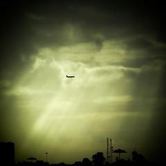 Northbound / rumo norte (EXPLORE Feb 14,2017 #78) (Francisco (PortoPortugal)) Tags: 0352017 20160914fpbo3758 sky céu avião plane light luz porto portugal portografiaassociaçãofotográficadoporto quadrada square franciscooliveira
