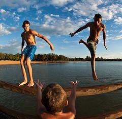 (Nilton Ramos Quoirin) Tags: brazil lake boys paran meninos brasil kids lago jump fisheye garotos pulo trapiche itaipu santahelena guris olhodepeixe jovens artificialbeach praiaartificial moleques pis
