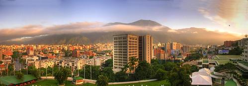 Caracas (Venezuela). Amanece en la ciudad con el monte Ávila al fondo. por josemazcona.