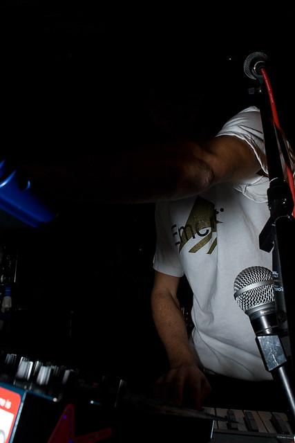 shadow nova canon flash ombra microphones tshirt synth marco 20mm tozzi calamita emerica tastiere amari microfoni maglietta eos30d riotmaker cavriago marcopiano
