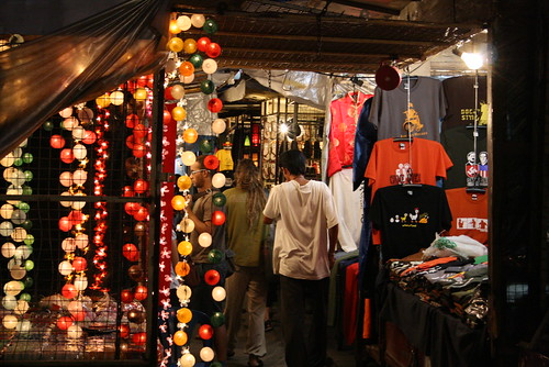 de compras en el bazar nocturno