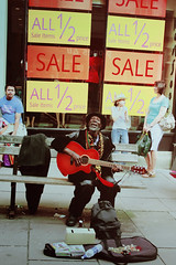 (Victoriano) Tags: poverty street england shop happy bath singing guitar sale poor sing singer cheerful society consumismo consumerism benetton beneton society1 flogr