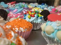 oreo y bolitas! (lul cupcakes) Tags: pink cute cakes cup silver de army cupcakes yummy lluvia shiny heart no mini sugar cupcake sprinkles bakery kawaii plastico celeste jimmies granas riquiiiiiiisimo