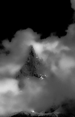 Peak in the Clouds (N/B) (Frédéric Fossard) Tags: noiretblanc fondnoir grain texture nuage montagne nature paysage cime lesdrus picdemontagne aiguillerocheuse alpes hautesavoie massifdumontblanc rocher éperonrocheux tourmente lumière ombre contraste atmosphère dramatique éclaircie