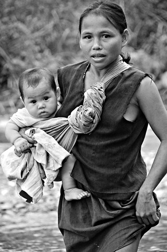 Mother carries her baby aban Pinoy Filipino Pilipino Buhay  people pictures photos life Philippinen  菲律宾  菲律賓  필리핀(공화국) Philippines
