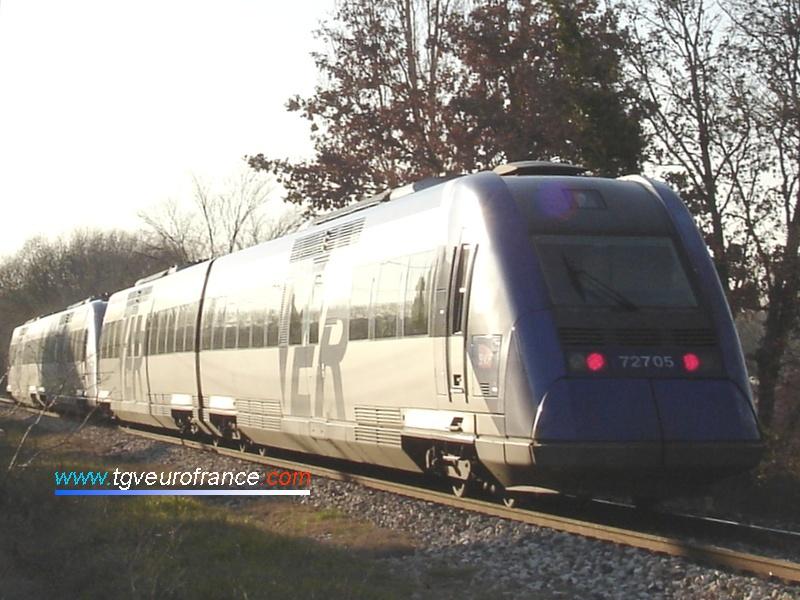 L'autorail Diesel (X 72705 - X 72706) arrive à la halte d'Aix-en-Provence Marchandises (Aix-Les Milles).