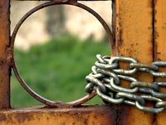 El paso del tiempo (debrara7) Tags: puerta cadenas doors time deborah tiempo abigfave debrara7 muakis pasionphotography