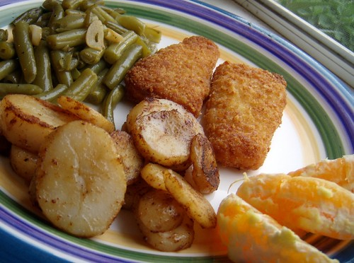 Fish, potatoes, green beans and orange slices