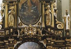 Praha, Tn church, altar, detail (groenling) Tags: angel coatofarms prague praha altar cherub cz bishop biskup erb miter putto staremesto crosier tnchurch andl staromstsknmst amoret olt pokos kostelpannymariepedtn