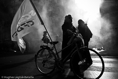 (Hughes Lglise-Bataille) Tags: paris france topf25 bike backlight flag smoke protest photojournalism demonstration velo retirement manif manifestation 2007 cfdt retraite spciaux rgimes