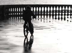Luce e Infanzia (Stranju) Tags: bw wet bike canon italia tramonto mare fresh longhorn toscana piccolo sole acqua pioggia livorno amicizia freddo biancoenero cicle raggi bicicletta bambino ringhiera bagnato infanzia bwdreams canons3 artlibre stranju canoniani cannpowershots3is