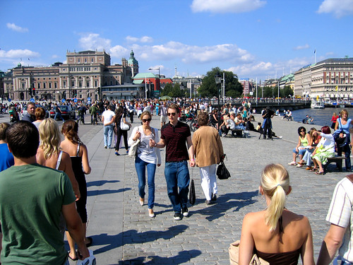 Gente caminando en suecia