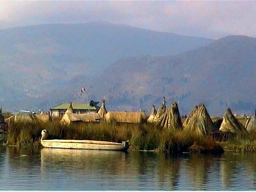 Titicaca, canoa en isla de los Uros