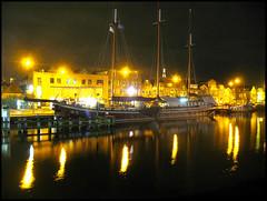 Driemaster (Emil de Jong - Kijklens) Tags: reflection shop night geotagged nacht alkmaar zeilboot sailship reflectie schip kanaalkade driemaster flickrfly noordhollands ge:tilt=59835 ge:head=156043 geo:lat=5263370887408936 geo:lon=4749650211259914 ge:range=40715