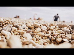 Barrera (_Ganesha_) Tags: inglaterra sea summer england color colour beach stone mar holidays brighton playa verano barrier perspectiva vacaciones linea piedras barrera profundidaddecampo impedimento cinemascope desaturacin