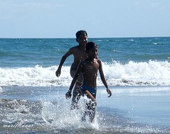 si bolang dan si pitung (Maaar) Tags: beach kids splash watersplash wafe