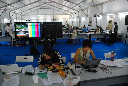 郁娟與瑞祥在媒體中心寫稿,林子倫教授攝影