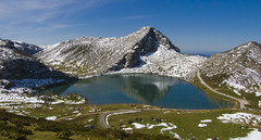 Lago de Enol. (Perchern) Tags: espaa naturaleza lake snow nature water de landscape lago spain agua espanha europa die fuji natural nieve nevada natur natuur asturias natura paisaje s finepix enol prado monte montaa paysage der espagne paysages spanien spagna spanje picos pradera naturelle fd spania eine frage covadonga  naturel kwestie hiszpania randonnes viste  naturalism ispanya 6500 spanyolorszg panlsko uitzichten     sichten naturalismo naturalismus    paysagisme natrlicher