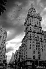 Palacio Salvo (Pillmann) Tags: blackandwhite bw storm canon uruguay 300d pb canonrebel montevideo build pretoebranco prédios predio américadosul tempestade uruguai américadelsur bwdreams aplusphoto pillmann paláciosalvo