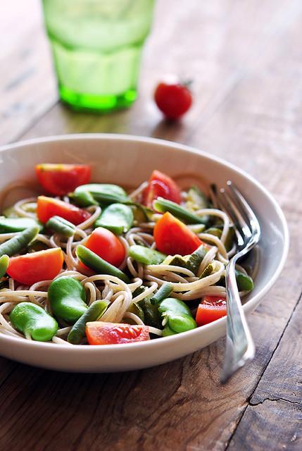 Insalata di pasta con fagiolini, fave e pomodorini