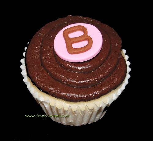baby shower cupcakes monogram B polka dot