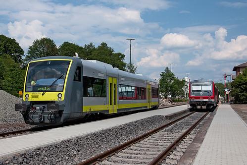 Der neue agilis-Regioshuttle 650 704 drängt 628 416 in den Hintergrund. In wenigen Tagen übernimmt agilis auch in Rehau den Verkehr.