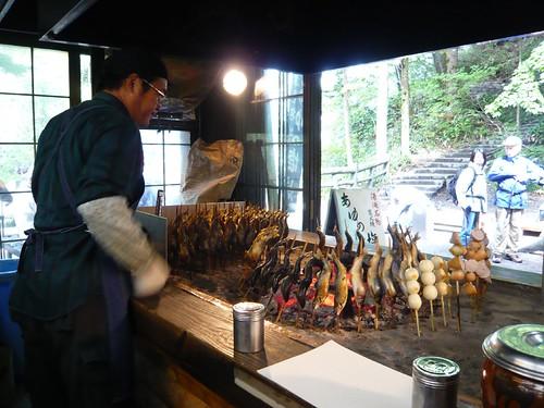 湯滝旁的烤香魚鋪